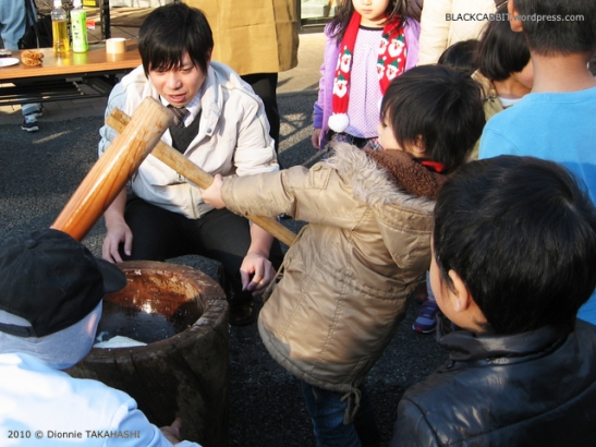 Children pounding mochi